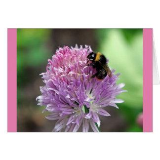Manosee la abeja en la flor de la cebolleta tarjeta de felicitación