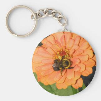Manosee la abeja en Zinnia anaranjado Llavero Redondo Tipo Pin