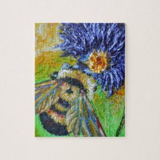 Manosee la abeja y el rompecabezas azul del aster