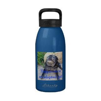 Manosee la botella de agua La felicidad es…
