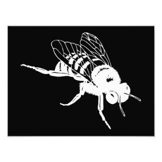 Manosee la silueta de la abeja fotografía
