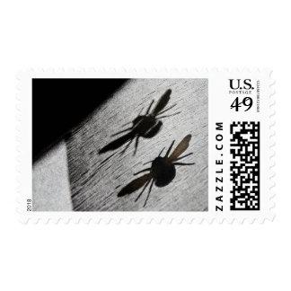 Manosee la sombra de la silueta de la abeja estampillas