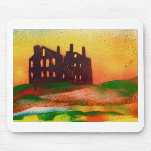 mansión abandonada en la puesta del sol alfombrilla de raton