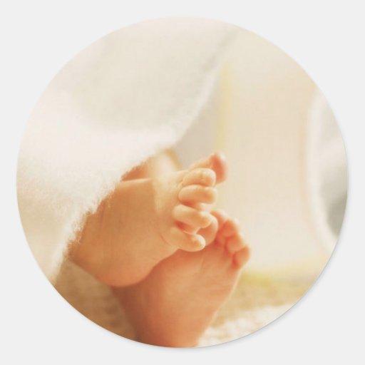 Manta envuelta pies lindos del bebé de los pies etiquetas redondas