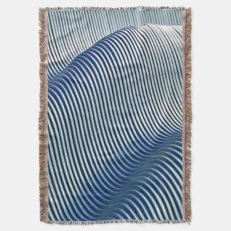 Manta tejida diseño azul del tiro de las ondas
