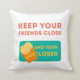 Mantenga a sus amigos cercanos cojín