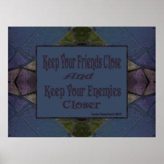 Mantenga a sus amigos cercanos para mantener a sus póster