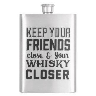Mantenga a sus amigos cercanos petaca