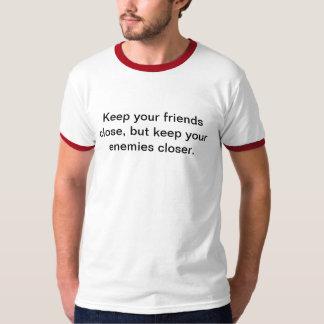 Mantenga a sus amigos cercanos remera