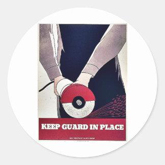 Mantenga al guardia en el lugar pegatina redonda
