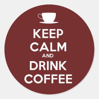 Mantenga café tranquilo y de la bebida pegatina redonda