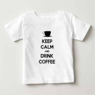 Mantenga café tranquilo y de la bebida playeras