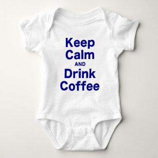 Mantenga café tranquilo y de la bebida remera