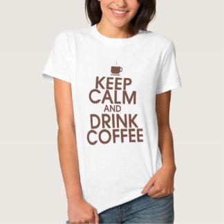 Mantenga camisa tranquila y de la bebida del café