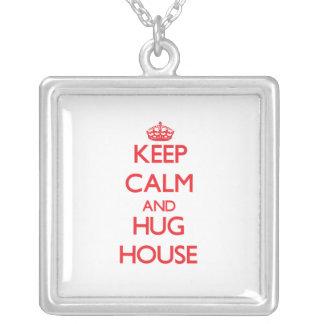 Mantenga casa tranquila y del abrazo colgantes personalizados