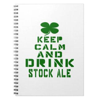 Mantenga cerveza inglesa común tranquila y de la libro de apuntes con espiral