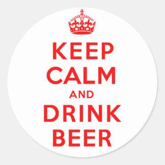 Mantenga cerveza tranquila y de la bebida pegatina redonda