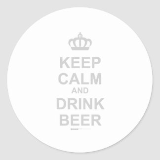 Mantenga cerveza tranquila y de la bebida - pegatina redonda