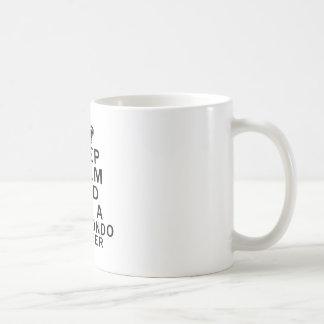 Mantenga combatiente tranquilo y del abrazo del taza
