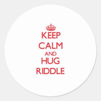 Mantenga criba tranquila y del abrazo etiqueta redonda