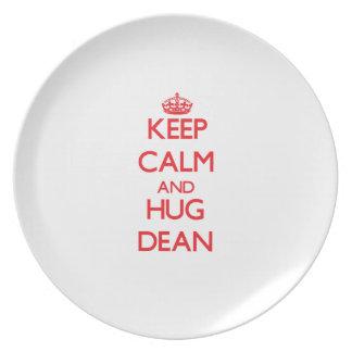 Mantenga decano tranquilo y del abrazo platos de comidas