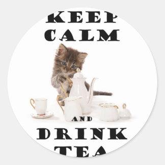 mantenga gatito tranquilo y de la bebida del té pegatina redonda