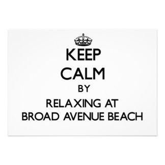 Mantenga la calma relajándose en la playa amplia d