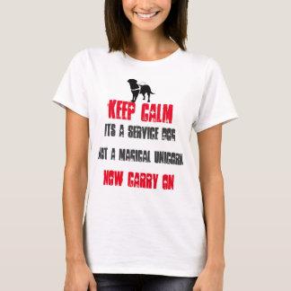 Mantenga la calma su un perro del servicio playera