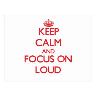 Mantenga la calma y el foco encendido ruidosos postales