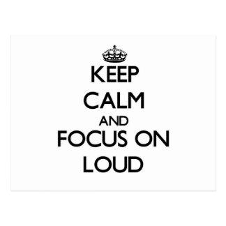 Mantenga la calma y el foco encendido ruidosos postal