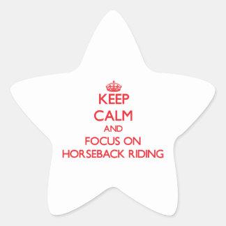 Mantenga la calma y el foco que montan a caballo pegatina en forma de estrella