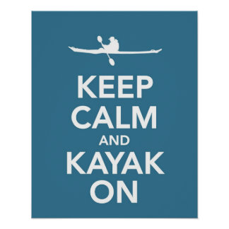 Mantenga la calma y el kajak en la impresión o el  póster