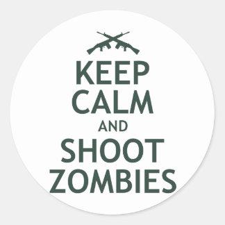 Mantenga los zombis tranquilos y del lanzamiento pegatina redonda