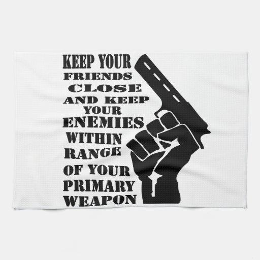 Mantenga sus amigos cercanos y a los enemigos dent toalla
