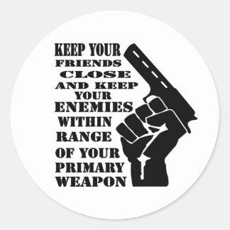 Mantenga sus amigos cercanos y a los enemigos pegatina redonda