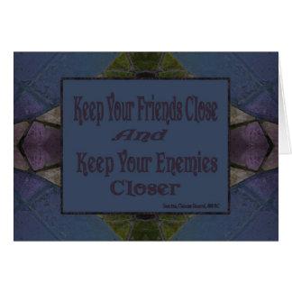 Mantenga sus amigos cercanos y a sus enemigos más  tarjeta de felicitación