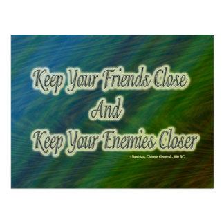 mantenga sus amigos cercanos y a sus enemigos más postal