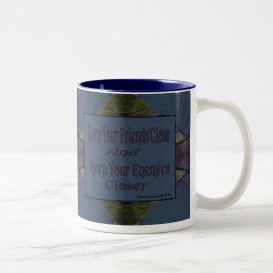 Mantenga sus amigos cercanos y a sus enemigos más taza de café de dos colores