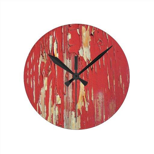 Mantenga sus ojos pelados, pelando la pintura rojo relojes