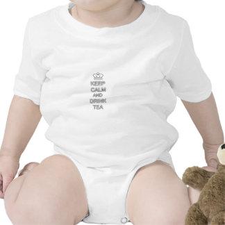 Mantenga té tranquilo y de la bebida traje de bebé