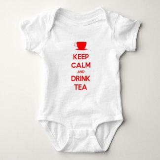 Mantenga té tranquilo y de la bebida remera