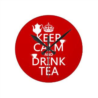 Mantenga té tranquilo y de la bebida - todos los reloj redondo mediano