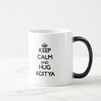 Mantenga tranquilo y abrazo Aditya Taza