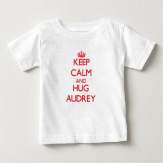 Mantenga tranquilo y abrazo Audrey Playera