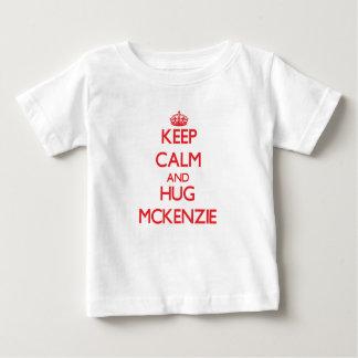 Mantenga tranquilo y abrazo Mckenzie Playera De Bebé