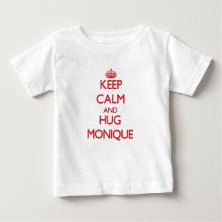Mantenga tranquilo y abrazo Mónica Tee Shirts