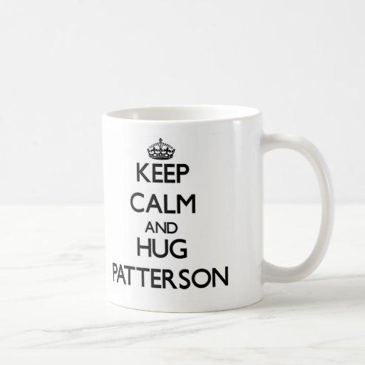 Mantenga tranquilo y abrazo Patterson Taza