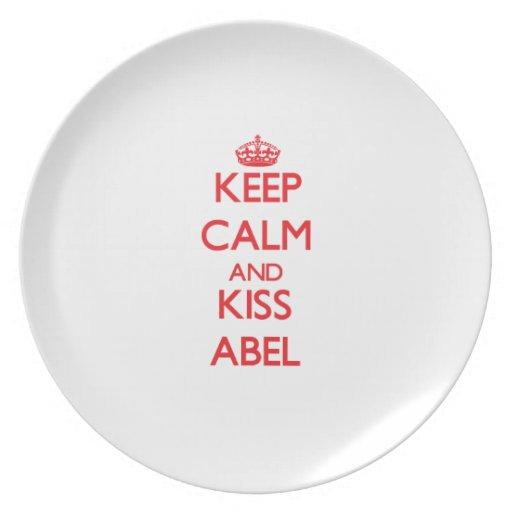 Mantenga tranquilo y beso Abel Platos