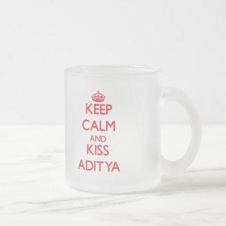 Mantenga tranquilo y beso Aditya Tazas