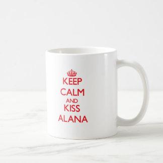 Mantenga tranquilo y beso Alana Taza Básica Blanca